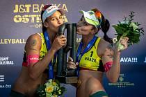 VÍTĚZKY J&T Banka Ostrava Beach Open 2019 Agatha Bednarczuk (vpravo) a Eduarda Santos Lisboa z Brazílie.