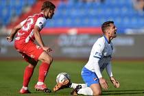 Utkání 4. kola první fotbalové ligy: FC Baník Ostrava - FK Pardubice, 19. září 2020 v Ostravě. Michal Surzyn z Pardubice a Adam Jánoš z Ostravy.