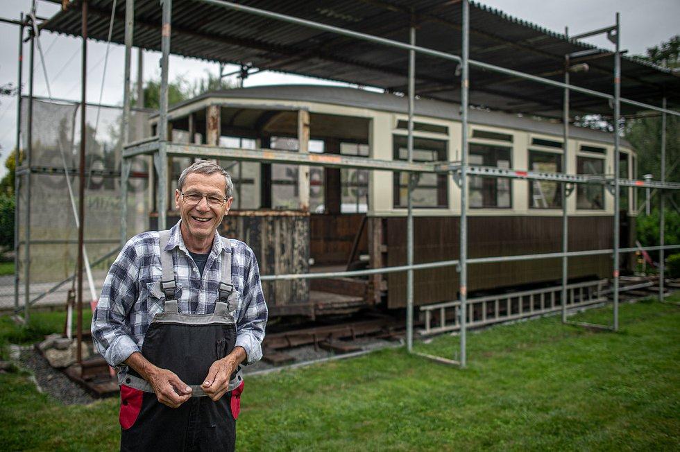 Jan Kohoutek z Ostravy na zahradě opravuje téměř 100 let starý tramvajový vůz.