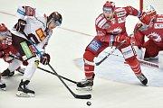 Utkání 9. kola hokejové extraligy: HC Oceláři Třinec - HC Sparta Praha, 12. října 2018 v Třinci. Na snímku (střed) Matěj Beran a Jakub Matyáš.
