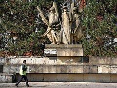 Sousoší Komunisté poblíž Úřadu městského obvodu Ostrava-Jih chce vedení obvodu ještě letos kompletně zrekonstruovat.