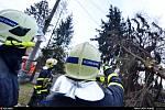 Zásah hasičů u spadlého stromu v Petřvaldu.