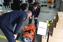 Dobrovolní i profesionální hasiči získali techniku za miliony korun.