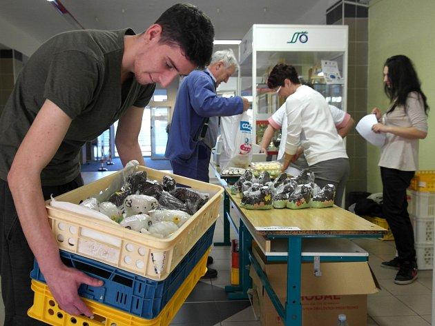 Cukrářský učeň třetího ročníku Jiří Dudek s bednami plnými beránků, které vyráběl se svými spolužáky.