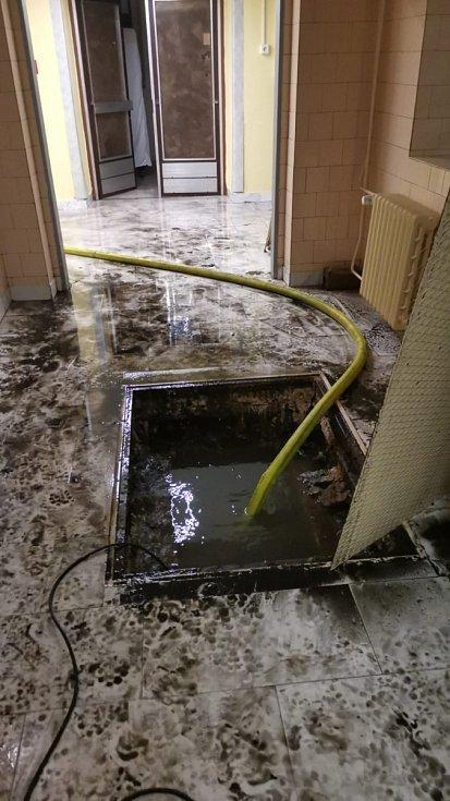 Přívalové deště a bahno, 12. května 2021, zásah hasičů v Městské nemocnici Bohumín.