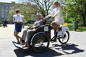 V Ostravě začala fungovat rikša. Prvním oficiálním řidičem byla Taťána Gregor Brzobohatá (v bílém).