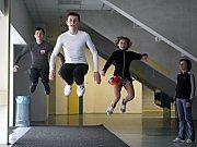 Takhle skáčou mistři z BK LR Cosmetic Ostrava při rozcvičce na suchu. Zleva nejlepší český žák Jan Kurník, zlatý junior Petr Coufal a bronzová juniorka Jana Coufalová.