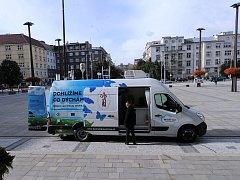 Vůz na mobilní měření znečištění ovzduší před Novou radnicí v Ostravě.
