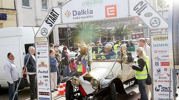 Téměř padesát posádek z osmi evropských zemí se v neděli postavilo na start Rallye Moravia. A bylo na co koukat.