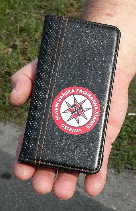 Symbol profese báňských záchranářů nosívá hrdě pamětník i v důchodu na svém mobilním telefonu.