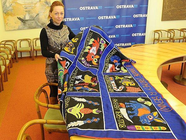 Magistrát města Ostravy dostává od zahraničních návštěv nejrůznější dary. Nejzajímavějšími znich jsou například kaftan zkazachstánského Uralsku nebo modrá plachta zAbomey vBeninu.