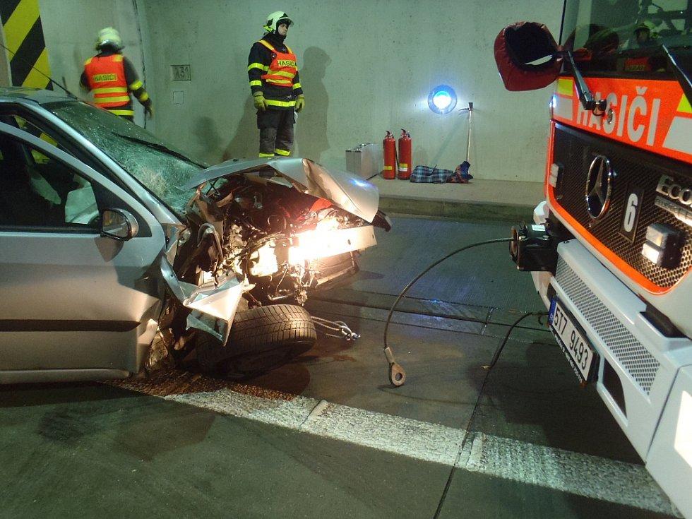 Nehoda auta v Klimkovickém tunelu.