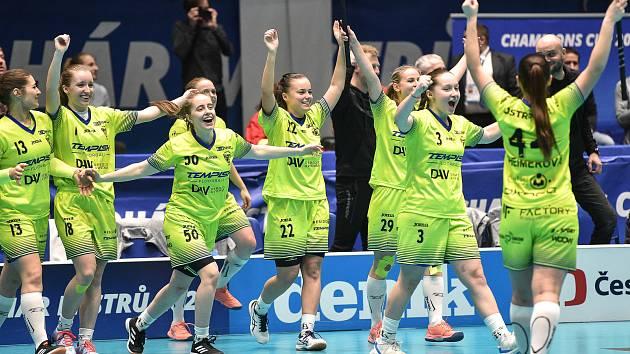 Pohár mistrů ve florbalu, o 3. místo (ženy): 1. SC Vítkovice - SB-Pro Nurmijarvi, 12. ledna 2020 v Ostravě. Na snímku radost týmy Vítkovic.