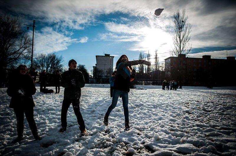 Jakub Frasunk a Robin Stránský prostřednictvím facebooku svolali na poslední lednové sobotní odpoledne zájemce o koulovačku. Setkali se na volné ploše naproti porubskému Intersparu.