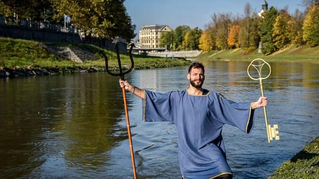 Neptun symbolicky uzamyká řeku Ostravici.
