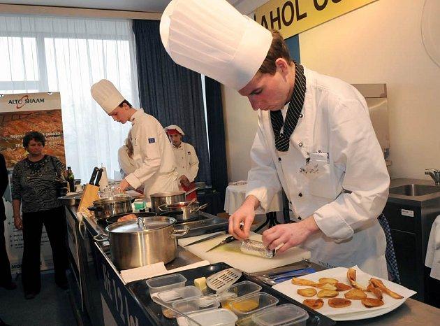 V moderní kuchyňské studio a bar plné vůní a barev se včera proměnil kongresový sál ostravského hotelu Atom. Konal se tu jedenáctý ročník mezinárodní gastronomické soutěže Ahol – Cup 2009.