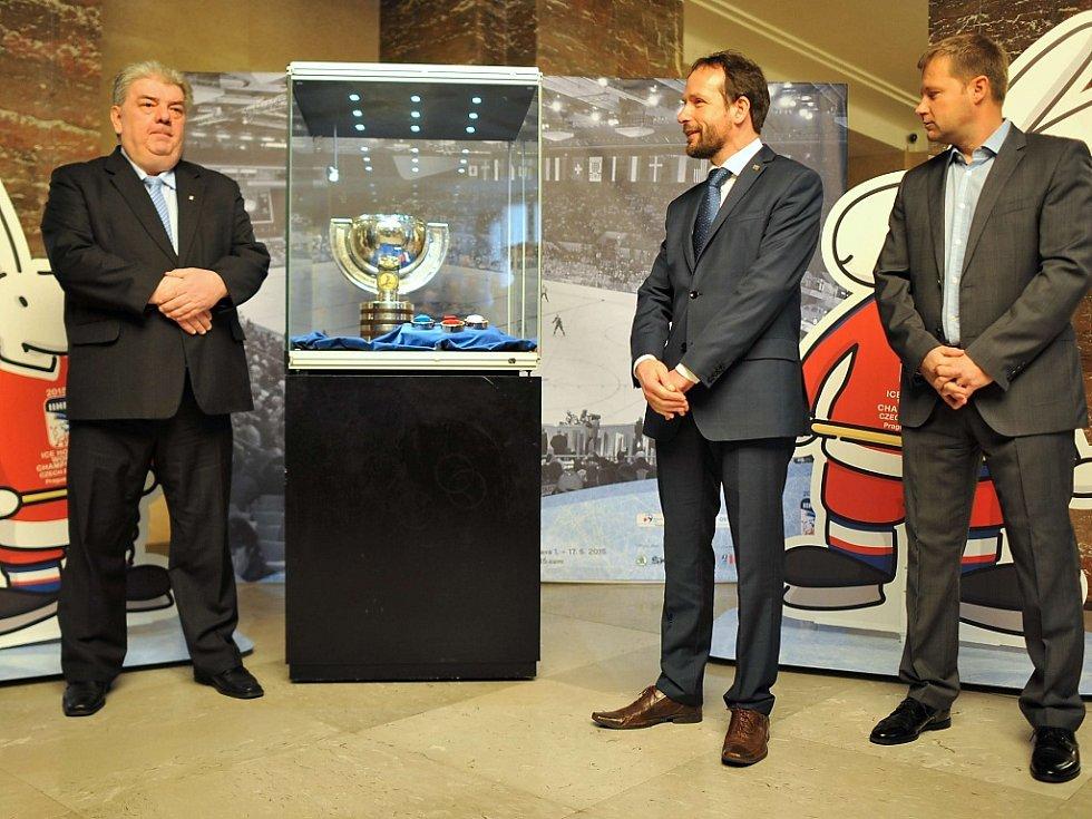 Hejtmanův náměstek Josef Babka (na snímku vlevo) zachycen při tiskové konferenci před loňským úspěšným MS v ledním hokeji, které MSK taky výrazně podpořil.