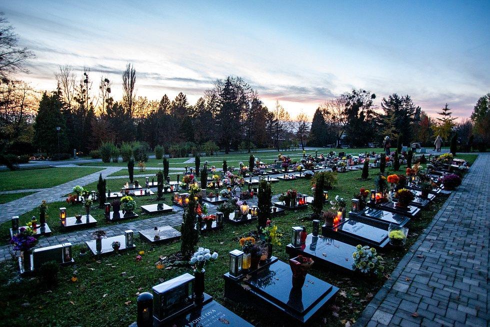Na památku zesnulých lidé zapalují svíčky, 31. října 2020. Ústřední hřbitov Slezská Ostrava.