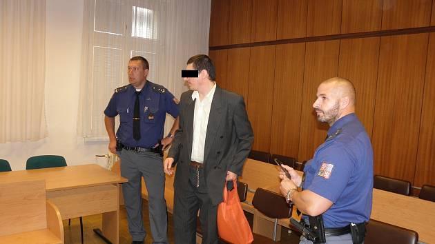 Muž (na snímku z loňského jednání u ostravského soudu) tvrdí, že je nevinný.