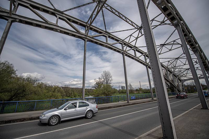 Mostu přes řeku Odru na silnici I/56 vedoucí z Ostravy na Hlučín a Opavu u Outlet Arény Moravia.