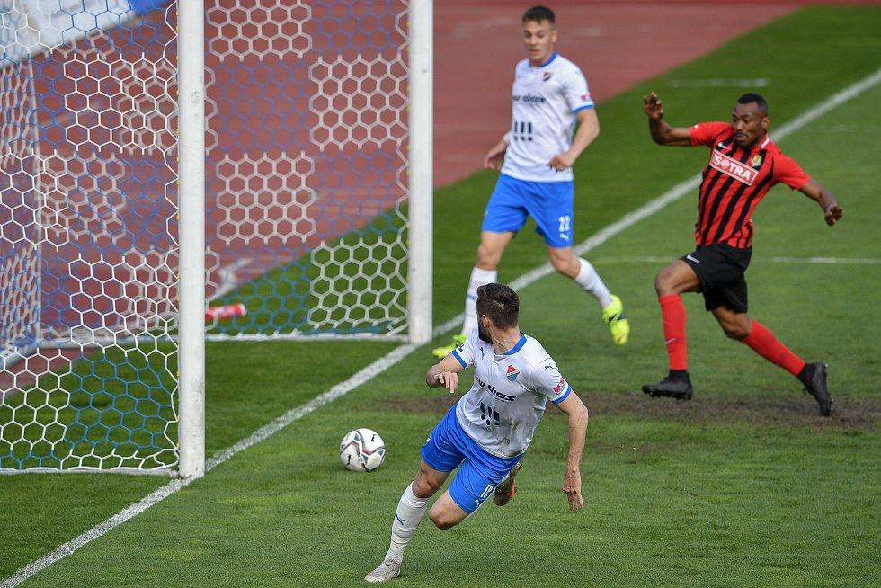 Utkání 26. kolo první fotbalové ligy: FC Baník Ostrava – SFC Opava, 10. dubna 2021 v Ostravě. (dole) Tomáš Zajíc z Ostravy dává gól.