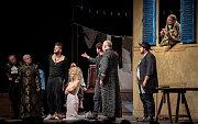 Divadelní hra Zkrocení zlé ženy na Letních shakespearovských slavnostech v Ostravě.