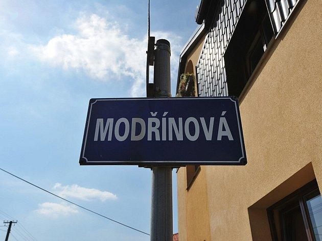 Ulice v Ostravě-Hošťálkovicích se jmenují po stromech. Podél hlavní ulice Aleje, která vede k televiznímu vysílači, lze najít ulice jako Třešínky, Ořechová, Hrušková, Švestková nebo Borová.