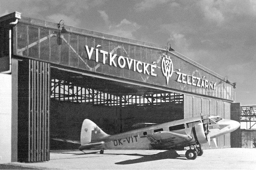Vítkovické železárny měly již za první republiky ve svém parku moderní dopravní letadla. Na snímku je britský stroj Airspeed Envoy AS 6E pro dvanáct pasažérů.