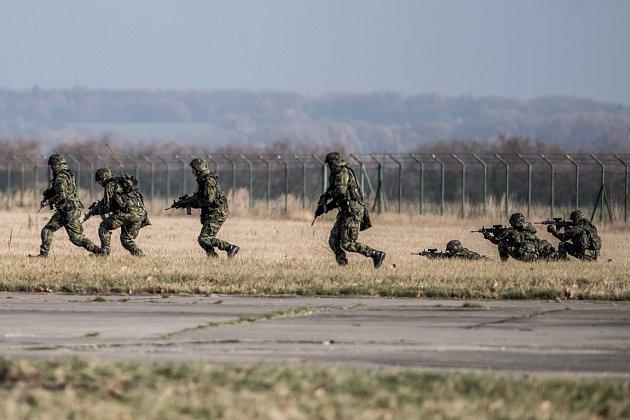 Na cvičení Safeguard 2015 předvedla jednotka sedmdesáti záložáků střežení objektu ostravského letiště. Ilustrační foto.