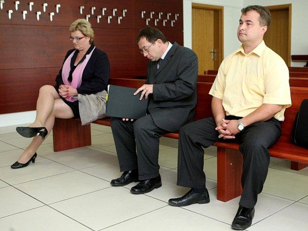 Hlavní aktéři na snímku z jednání u Okresního soud v Ostravě. Zleva Hana Kalusová, Vladimír Sýkora a Luděk Jahn.