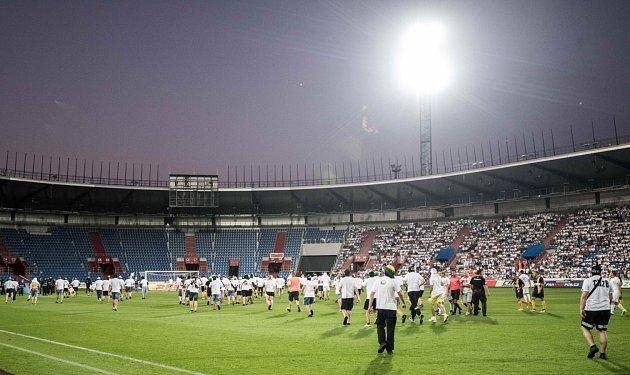Utkání Fotbalové národní ligy mezi Ostravou a Opavou bylo v17. minutě přerušeno poté, co fanoušci vtrhli na hrací plochu.