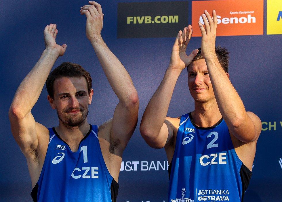 Slavnostní ceremoniál. FIVB Světové série v plážovém volejbalu J&T Banka Ostrava Beach Open, 2. června 2019 v Ostravě. Na snímku (zleva) Ondrej Perusic (CZE), David Schweiner (CZE).