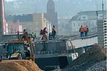 Stavba severní části mostu na Českobratrské ulici finišuje.