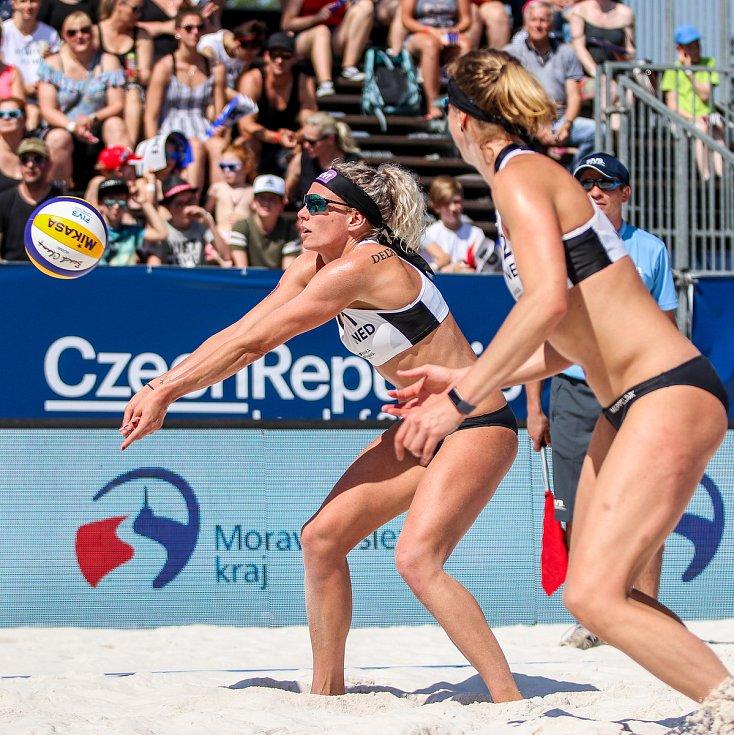 Semifinále žen Brazílie - Nizozemsko. FIVB Světové série v plážovém volejbalu J&T Banka Ostrava Beach Open, 2. června 2019 v Ostravě. Na snímku (zleva) Sanne Keizer (NED), Madelein Meppelink (NED).