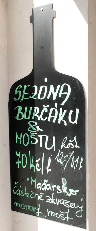 Burčáková sezona je sice tady, ale v reálu to zatím znamená takzvaný částečně zkvašený hroznový mošt, hlavně z Maďarska.