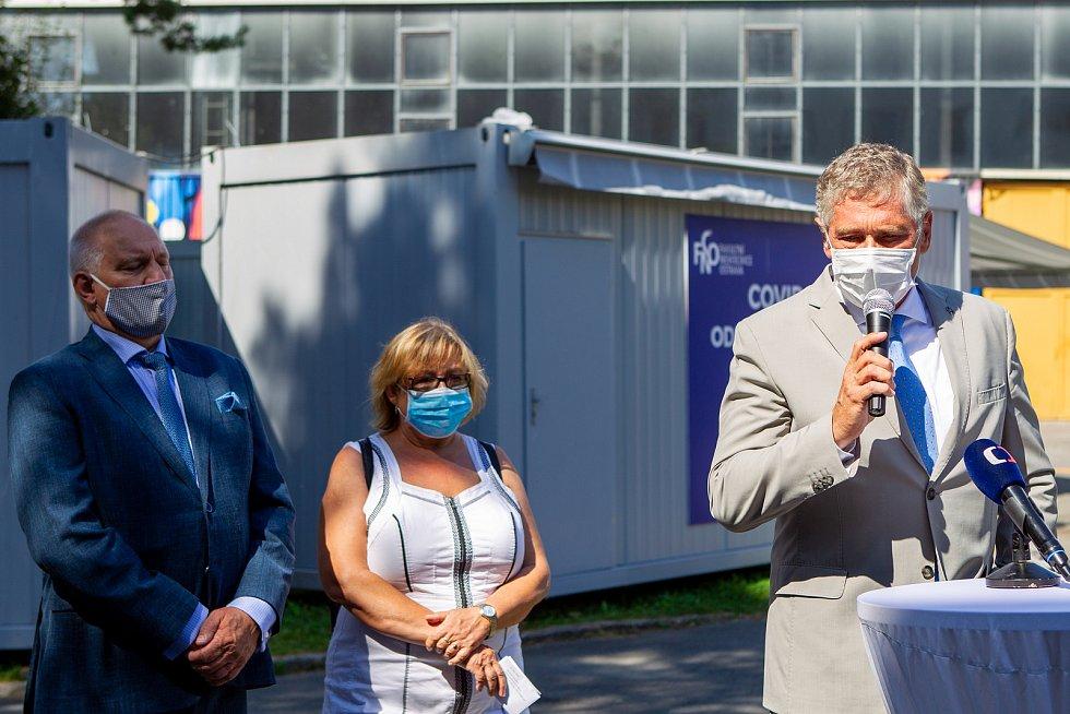 Slavnostní otevření covid centra ve Fakultní nemocnici Ostrava. Zleva Zbyněk Pražák, Pavla Svrčinová a Ivo Vondrák, 12. srpna 2020.