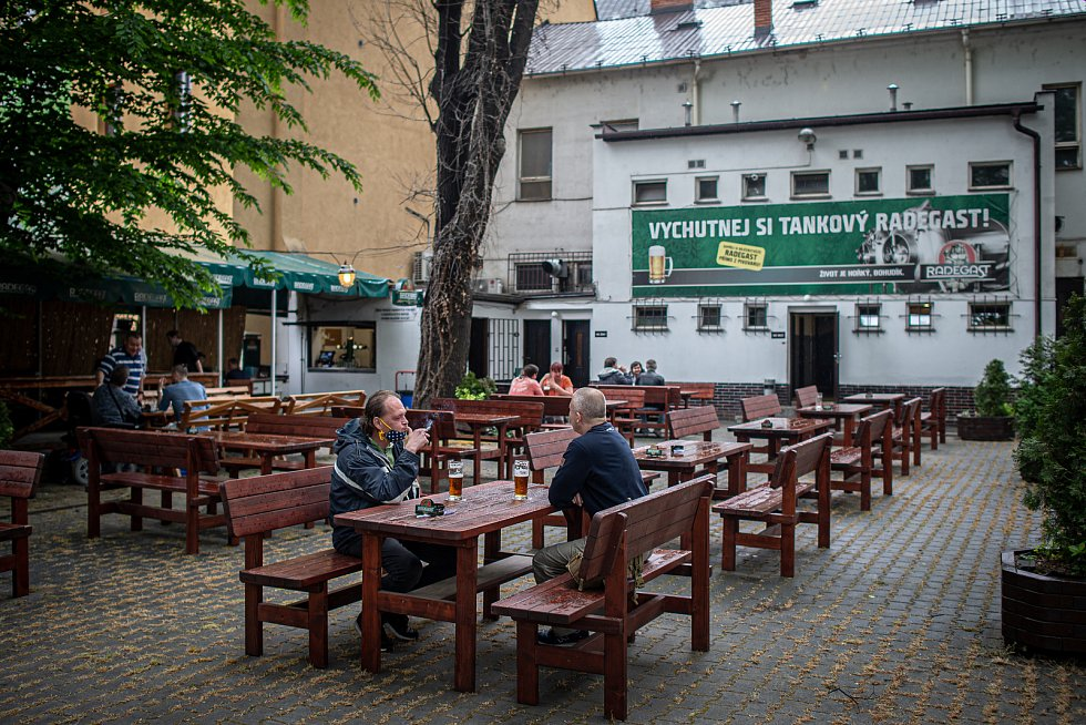 Restaurace Spolek - znovuotevřená zahrádka v květnu 2020 v Ostravě.