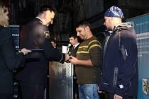 Součástí slavnostního setkání ostravských policistů bylo i předání medailí dvěma civilům – Janu Rehákovi (vlevo) a Daliboru Tomašíkovi. Ocenění převzali z rukou policejního prezidenta Tomáše Tuhého.