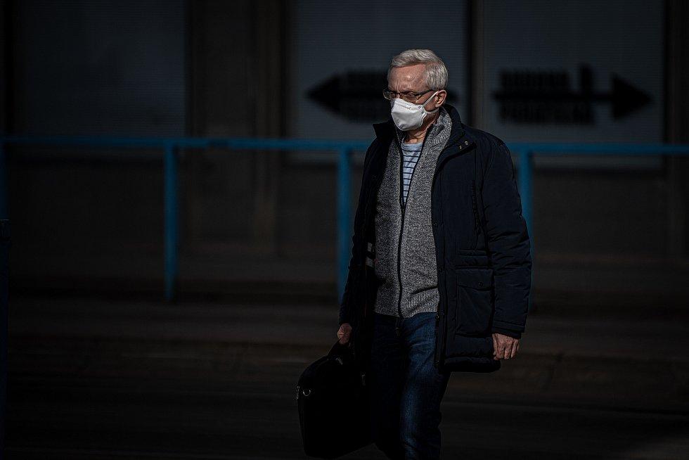 Muž s respirátorem, 25. února 2021 v Ostravě. Kvůli koronavirové epidemii začala platit povinnost na frekventovaných místech nosit respirátor nebo dvě jednorázové zdravotnické roušky přes sebe.