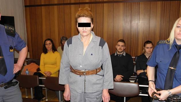 Žena svého partnera přímo v soudní síni poprosila o odpuštění, kterého se jí dostalo.