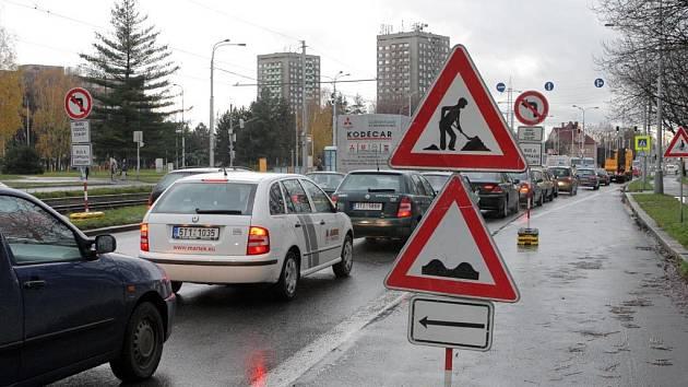 Kolony. V souvislosti s uzavírkou u lice Plzeňské se v Ostravě tvoří kolony. Opravy budou trvat do konce tohoto týdne