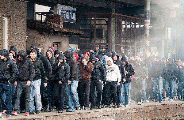 Fanoušci Sparty se na Bazaly zhlavního nádraží přesunuli pěšky.