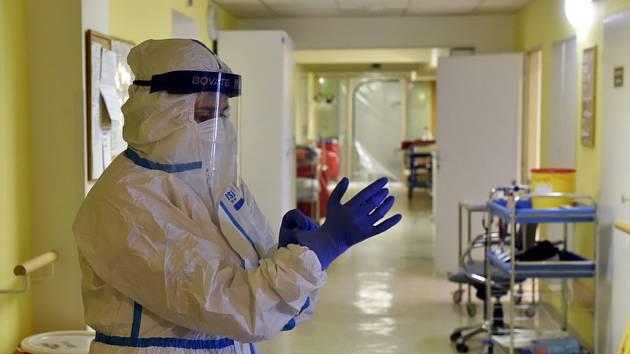 Zdravotnice v ochranném obleku.