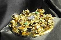 Návštěvníci muzea si nyní mohou prohlédnout šperky jako náramek, prsteny či luxusní sponu na plášť, ale především korunu pro královnu.