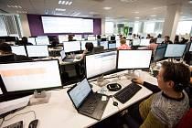 Stovky počítačů a velké monitory. Takto to vypadá v novém monitorovacím centru  Tieta.