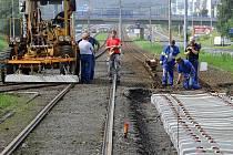 Také během uplynulého víkendu pokračovaly v Ostravě práce na opravách a výměnách tramvajových kolejí. Čilý ruch panoval například v Ostravě-Hrabůvce.
