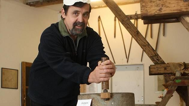 Eda Reidel, organizátor výstavy týkající se historie mlýnů na Ostravsku, zájemcům ochotně vysvětlí, co je žernov, pemrlice nebo špic.