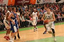 V úvodním utkání nového ročníku nejvyšší basketbalové soutěže Ostravané nestačili na vlastní palubovce na pražské vysokoškoláky.