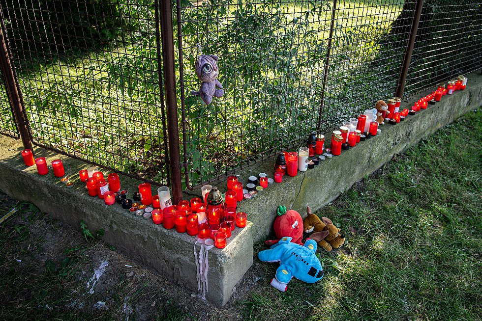 Lidé u pietního místa blízko panelového domu ve kterém v sobotu 8. srpna při požáru bytu v jedenáctém patře zahynulo 11 lidí, 9. srpna 2020 v Bohumíně.