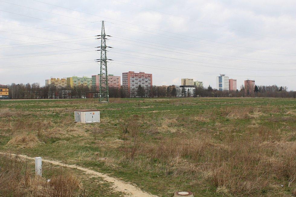 Pole, oddělující Porubu od Svinova, kde se plánuje rozsáhlá zástavba.